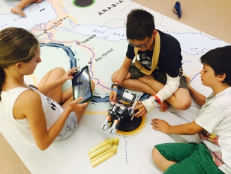 Un dels grups provant el seu robot de Lego